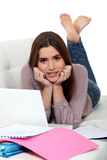 Mujer que pone en estudiar del sofá Fotografía de archivo