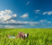 Mujer que pone en la hierba Imágenes de archivo libres de regalías