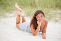 Mujer que pone en la playa Imágenes de archivo libres de regalías