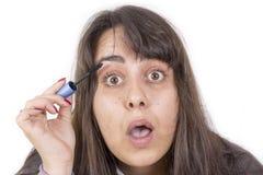 Mujer que pone en maquillaje foto de archivo