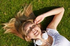 Mujer que pone en verano en hierba Fotos de archivo libres de regalías