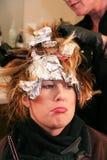 Mujer que pone mala cara que hace pelo colorear Fotos de archivo libres de regalías