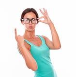Mujer que pone mala cara que señala en el espacio de la copia Imágenes de archivo libres de regalías