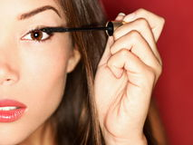 Mujer que pone maquillaje del rimel Foto de archivo