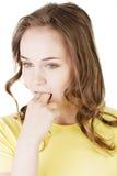 Mujer que pone su finger en su boca Fotos de archivo libres de regalías