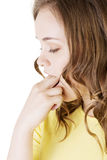 Mujer que pone su finger en su boca Foto de archivo libre de regalías