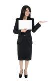 Mujer que pone un producto foto de archivo libre de regalías