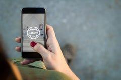 Mujer que practica surf una opinión de 360 grados en su smartphone Imagen de archivo libre de regalías