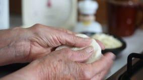 Mujer que prepara arepas tradicionales colombianos almacen de metraje de vídeo