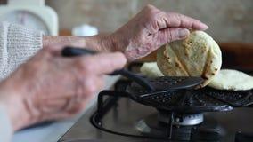 Mujer que prepara arepas tradicionales colombianos metrajes