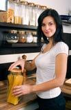 Mujer que prepara el almuerzo Foto de archivo libre de regalías