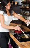 Mujer que prepara el almuerzo Imagen de archivo libre de regalías