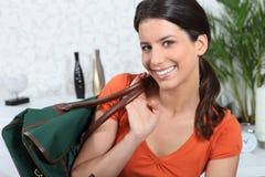 Mujer que prepara el bolso del recorrido Imagen de archivo libre de regalías