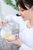 Mujer que prepara el desayuno Imagenes de archivo