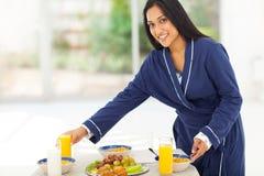 Mujer que prepara el desayuno Fotos de archivo