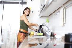 Mujer que prepara el té Imagenes de archivo