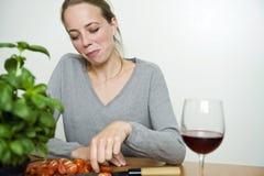Mujer que prepara la cena Fotos de archivo