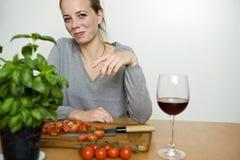 Mujer que prepara la cena Imagenes de archivo