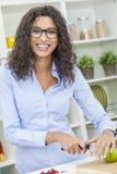 Mujer que prepara la comida de la ensalada de fruta de Apple en cocina Imágenes de archivo libres de regalías
