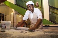 Mujer que prepara la pizza Imágenes de archivo libres de regalías