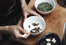 Mujer que prepara la salsa india Imagenes de archivo