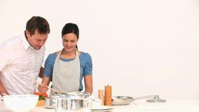 Mujer que prepara la salsa para el almuerzo almacen de metraje de vídeo