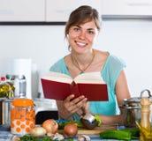 Mujer que prepara la sopa vegetariana en cocina residencial Fotografía de archivo