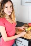 Mujer que prepara las frutas en la cocina Fotografía de archivo