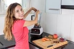 Mujer que prepara las frutas para un smoothie Imagenes de archivo