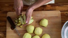Mujer que prepara las manzanas verdes para el atasco o la empanada, vídeo de la visión superior almacen de video