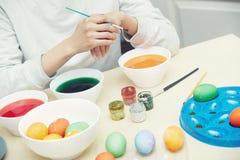 Mujer que prepara los huevos de Pascua Imagen de archivo libre de regalías