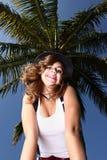 Mujer que presenta bajo un árbol Imagen de archivo
