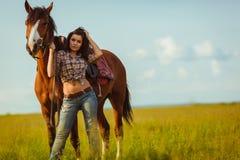 Mujer que presenta con el caballo imagen de archivo