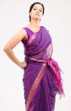 Mujer que presenta con la sari rosada Fotos de archivo libres de regalías