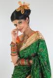 Mujer que presenta con la seda-sari verde Fotos de archivo
