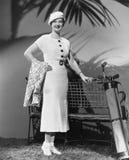 Mujer que presenta con los clubs de golf (todas las personas representadas no son vivas más largo y ningún estado existe Garantía Fotos de archivo libres de regalías