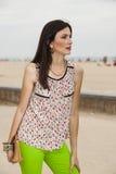 Mujer que presenta con un bolso cerca de la playa Fotos de archivo libres de regalías