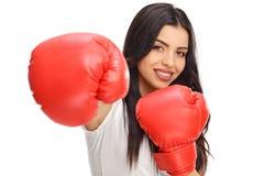 Mujer que presenta con un par de guantes de boxeo Imagenes de archivo