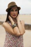 Mujer que presenta con un sombrero Foto de archivo
