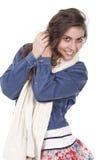 Mujer que presenta con una bufanda Fotografía de archivo