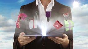 Mujer que presenta concepto de las e-compras con la tableta almacen de video
