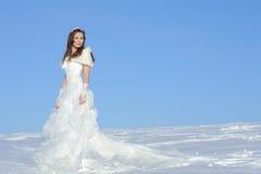 Mujer que presenta en alineada de boda Fotografía de archivo libre de regalías
