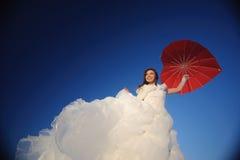 Mujer que presenta en alineada de boda Foto de archivo libre de regalías