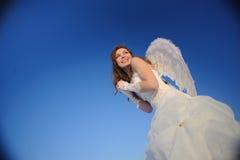 Mujer que presenta en alineada de boda Foto de archivo