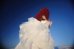 Mujer que presenta en alineada de boda Imagen de archivo