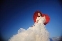 Mujer que presenta en alineada de boda Fotos de archivo