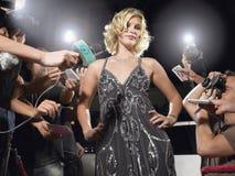Mujer que presenta en Front Of Paparazzi foto de archivo