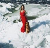 Mujer que presenta en invierno Fotos de archivo libres de regalías