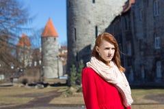 Mujer que presenta en la ciudad vieja de Tallinn Imagen de archivo libre de regalías
