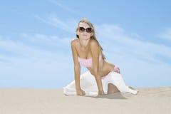 Mujer que presenta en la playa Fotografía de archivo